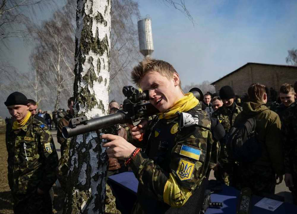 Курсанты осматривают образцы иностранного стрелкового оружия на специально организованной выставке (3)