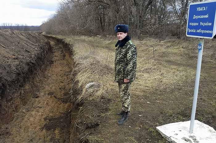 Подобие противотанкового рва, вырытого вдоль российской границы в восточных областях Украины