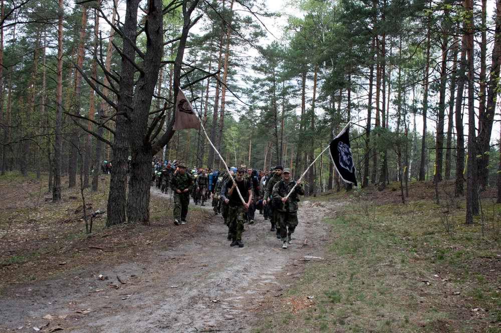 Колонна участников игры на пути к урочищу Гурбы - Военно-патриотическая игра Гурби - Антонивци