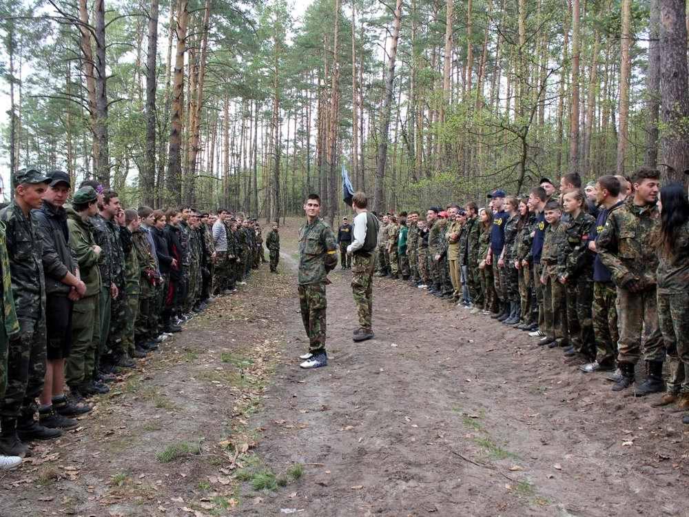 Две соревнующиеся команды выстроились друг напротив друга - Военно-патриотическая игра Гурби - Антонивци