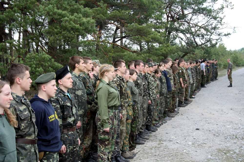 Командиры отрядов (куреней) отдают рядовым участникам игры последние указания - Военно-патриотическая игра Гурби - Антонивци