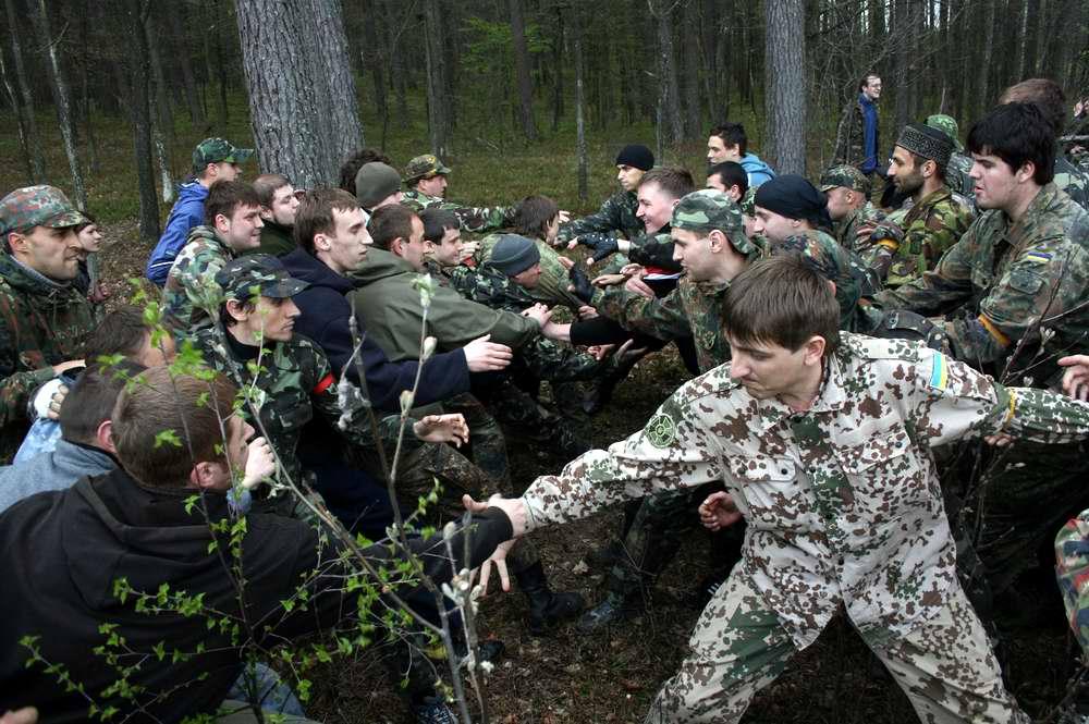 Схождение команд в начале схватки стенка на стенку - Военно-патриотическая игра Гурби - Антонивци