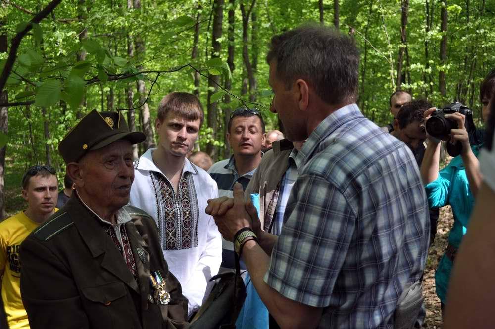 Участники игры в процессе живого общения с одним из приглашенных ветеранов УПА - Военно-патриотическая игра Гурби - Антонивци