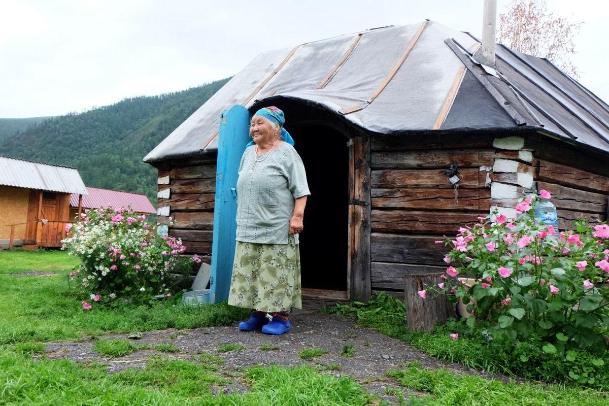 Хороши мои цветочки!: Алтайская бабушка у своей баньки