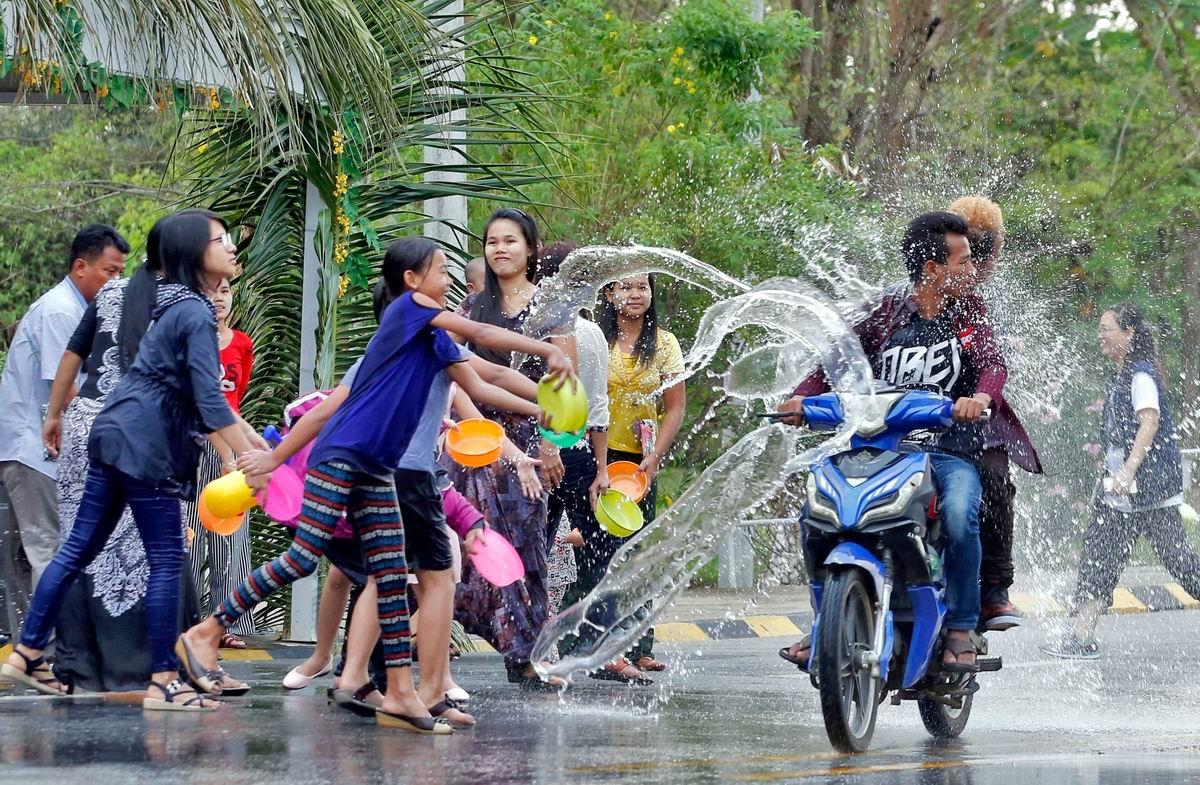 Давай, девчонки, не робей!: Уличное обливание по-бирмански