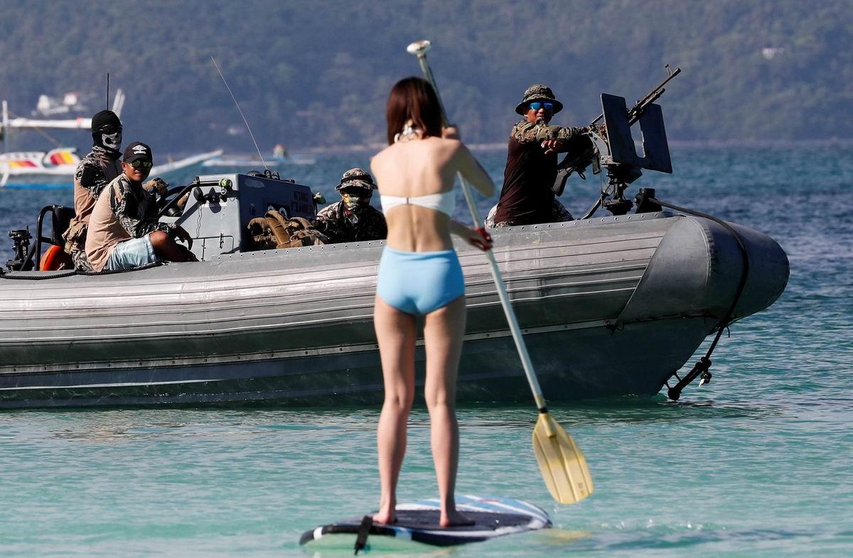 Подплывайте поближе - будем знакомиться!: Девушка с веслом и парни из филиппинского спецназа