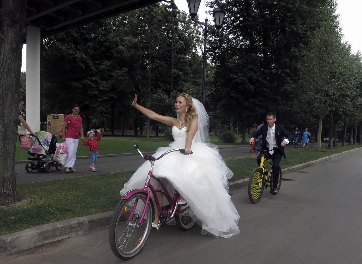 А я сегодня замуж выхожу!: Довольная невеста на велосипеде