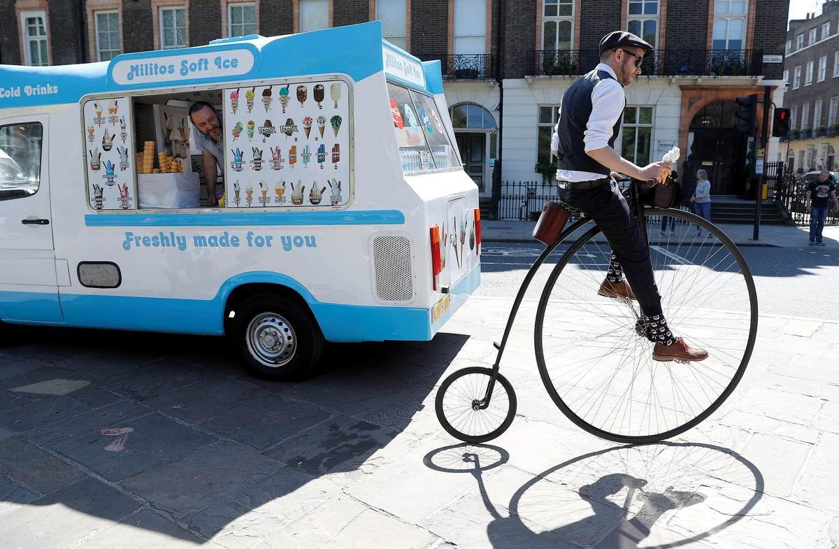 Да вот решил прикупить мороженого: Не совсем обычный лондонский велосипедист