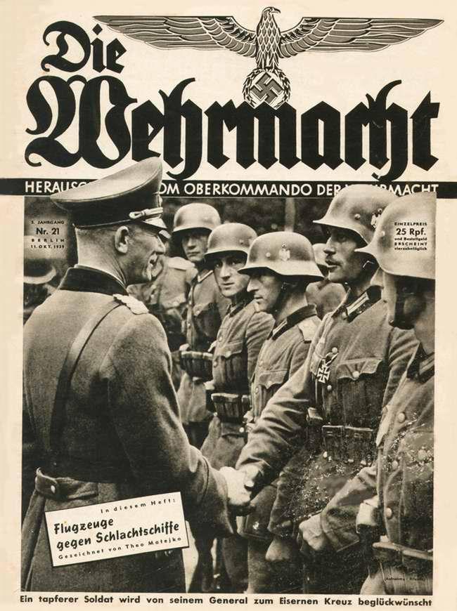 Немецкий генерал вручает Железный Крест отличившемуся солдату