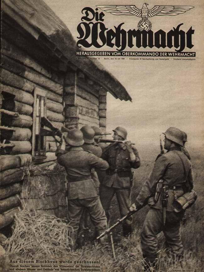Немецкие солдаты занимаются поиском скрывающихся красноармейцев в брошенных домах