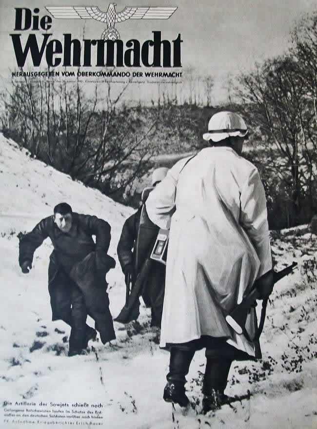 Немецкие солдаты и военнопленные красноармейцы укрываются от удара советской артиллерии за земляным валом