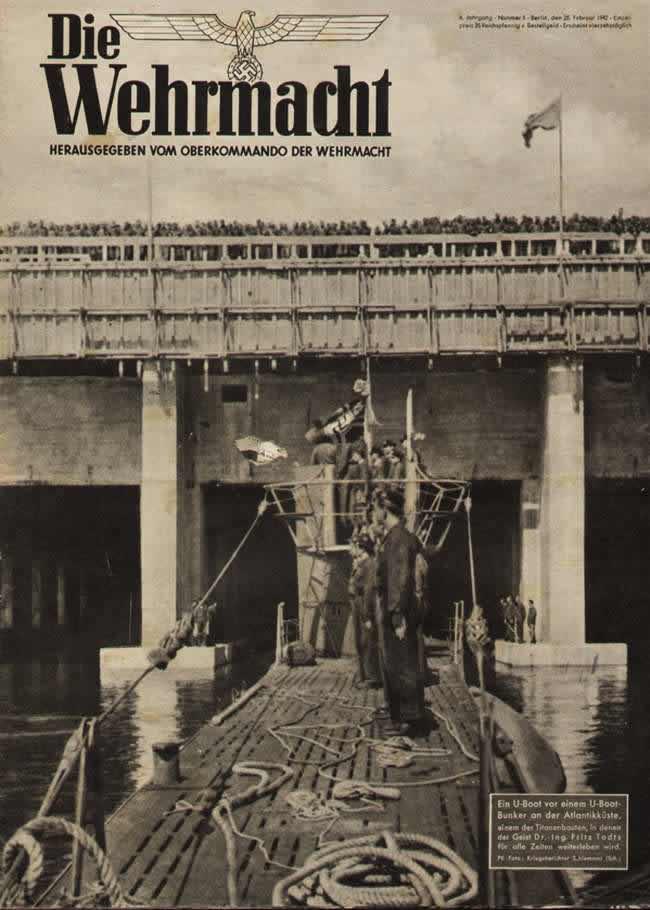 Немецкая подводная лодка у выхода из подземной стоянки на побережье Атлантического океана