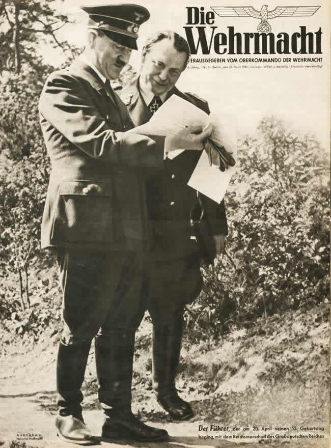 Гитлер в сопровождении Геринга в день своего 53-летия 20 апреля 1942 года