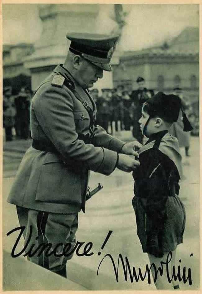 Муссолини и юный балилла (член итальянской детской фашистской организации) - 1937 год