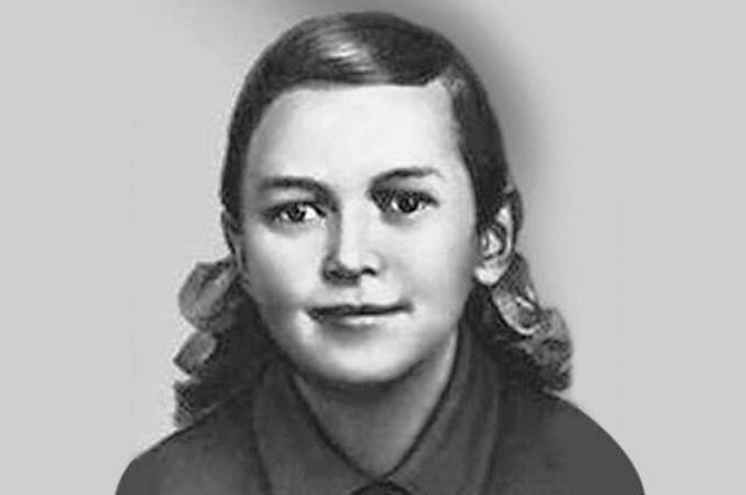 10 января 1944 казнена Зина Портнова (17 лет). На допросе она застрелила следователя и еще 2 немцев