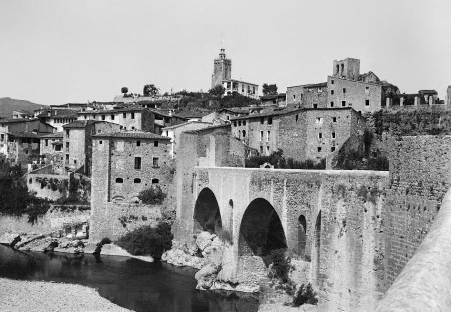 Besalú,_vista_des_del_pont_romànic_Restored.jpg