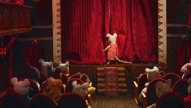 auch-ausserhalb-ist-einiges-los-hier-sind-sam-und-julia-im-theater