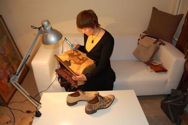 Чем выше качество кожи, тем выше цена ( кстати, если сумка тяжелая, скорее всего она сделана из мебельной кожи...