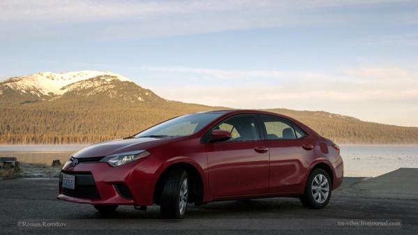 Toyota Corolla на фоне горного озера