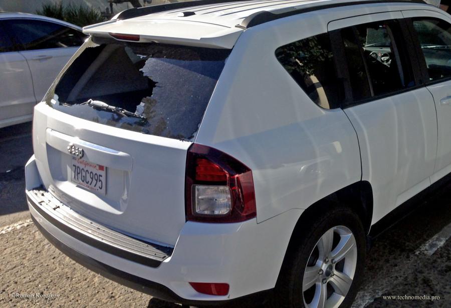 Ограбление в США, разбитое стекло машины