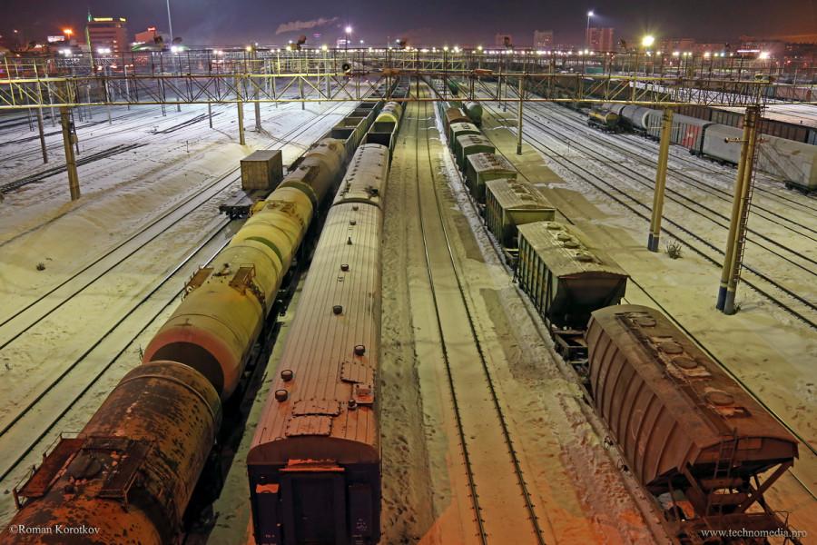 Железнодорожный вокзал в Челябинске ночью