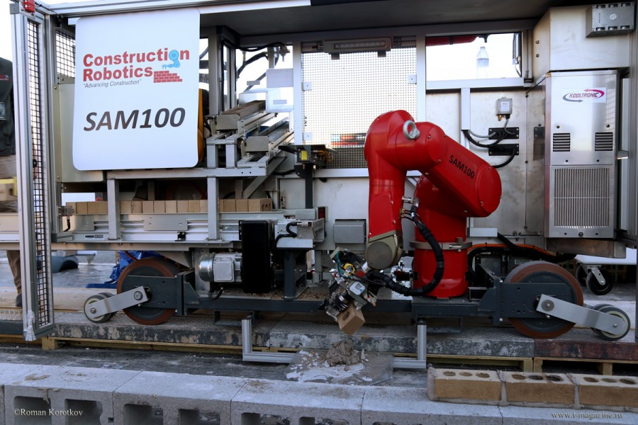 Робот-каменщик выполняет кирпичную кладку