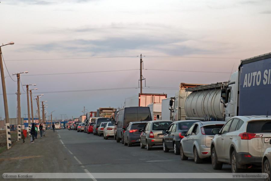 Очередь на таможню Граница России с Казахстаном, переходной пункт Бугристое