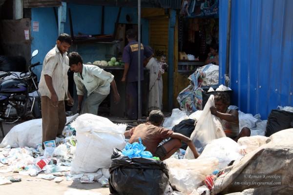 Работа на мусороперерабатывающем заводе в Мумбаи