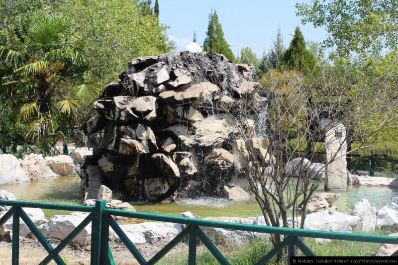 Оригинальный фонтан при входе в пещеру Алистрати