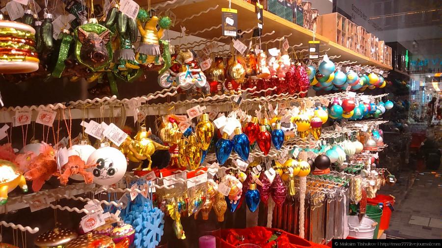 Ёлочные украшения в магазине города Салоники