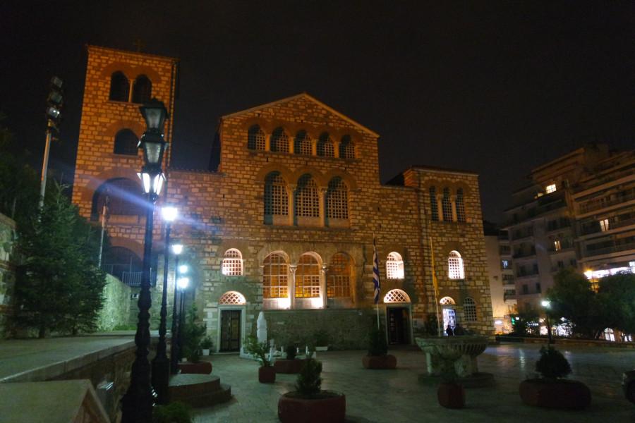 Фасад базилики святого Димитрия Солунского вечером