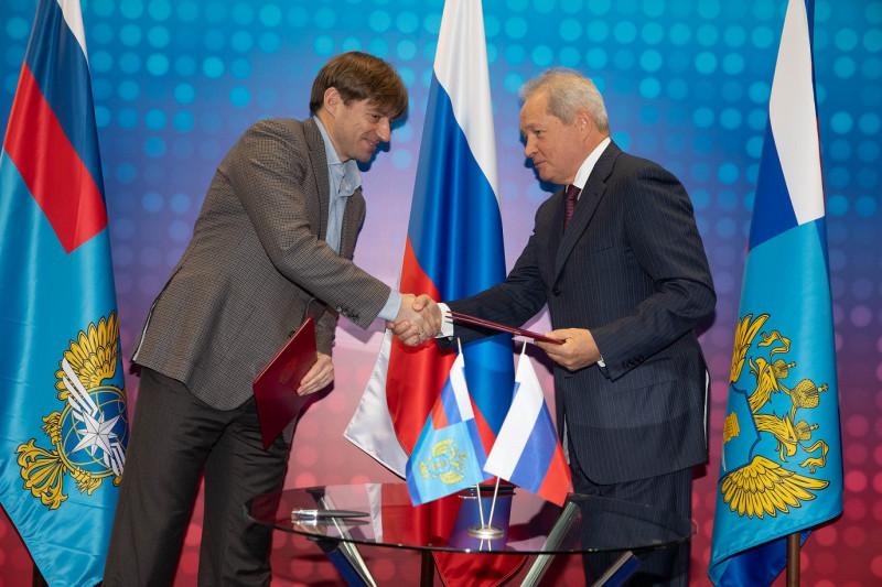 Руководитель Ространснадзора Виктор Басаргин и генеральный директор АО «Трансмашхолдинг» Кирилл Липа
