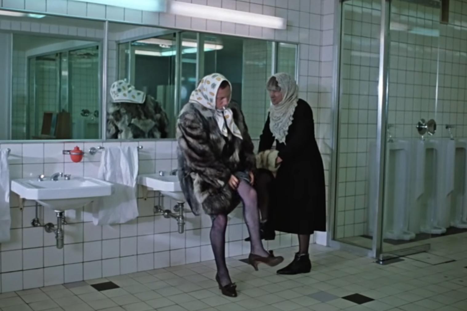 15. Сцена в туалете (обратите внимание на писсуары. Хичкок был первым, кто показал унитаз на экране в Психо и снял табу с туалетных сцен)