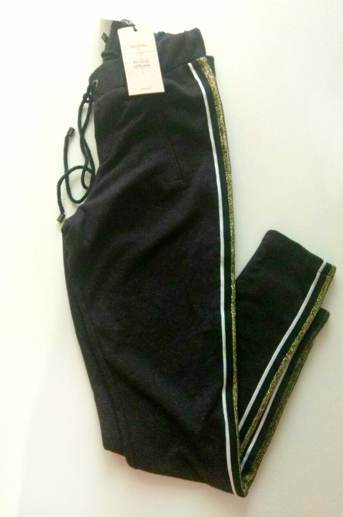 Новые с биркой спортивные брюки с лампасами от Bershka, размер на бирке указан М, состав - 68 % cotton/32 % poliester. Замеры - ПОТ - 34 см, ПОБ - 45 см, длина - 95 см. Могу отправить почтой по России,   Цена -  500р