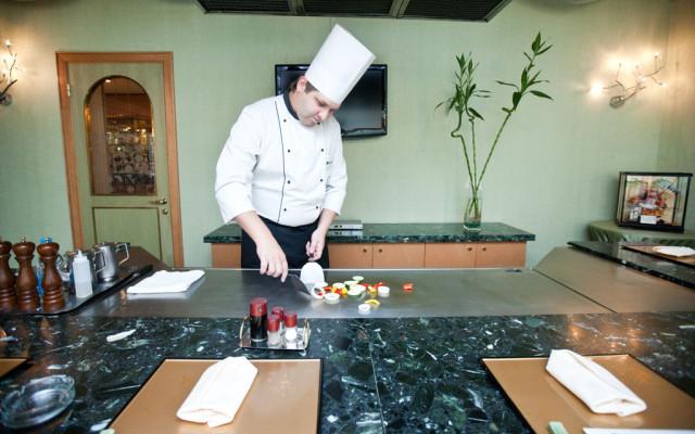 Ресторан ТОКИО шеф-повар готовит на теппане овощи