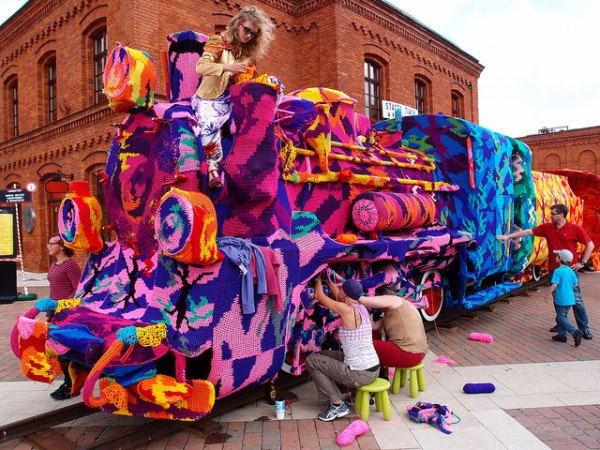 olek-crocheted-locomotive-1