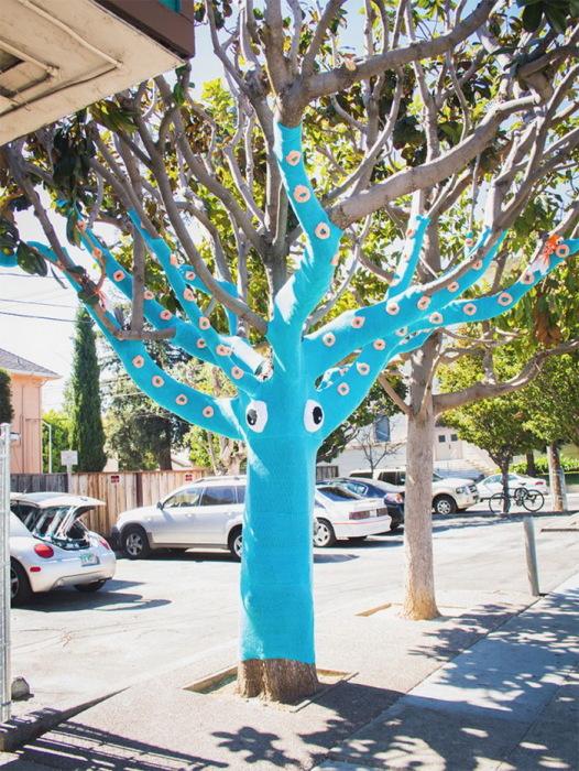 Yarn-Bombed-Tree-Squid-640x850