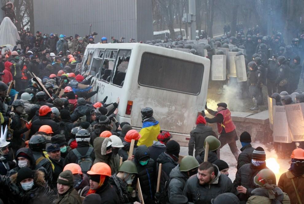 В центре Киева начались столкновения недовольных граждан с полицией
