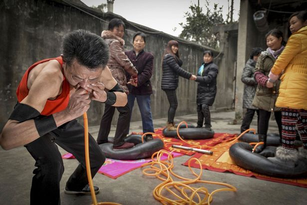 Man-inflates-4-car-tyres-bearing-weight-of-8-people-in-21-minutes-using-his-nose-3032454