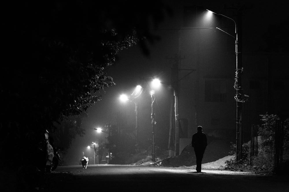 фото ночь человек фонари