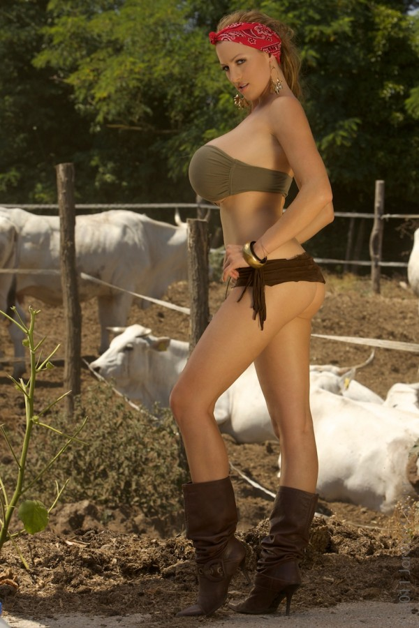 Nude country farm girl posing on bales nude girls pictures