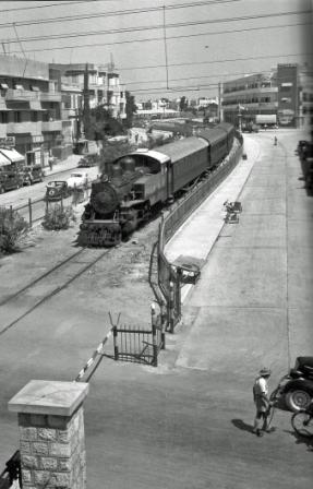 Поезд из Тель-Авива в Яффо пересекает улицу Алленби, 1938. Да, когда в Тель-Авиве был поезд и проходил он по улицам Ракевет!! и Иегуда Ха-Леви