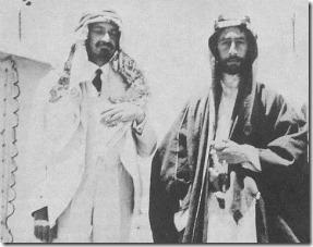 Вейцман (слева, в арабской традиционной одежде) и эмир Фейсал I Weizmann_and_feisal_1918