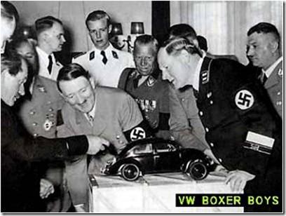 Porsche demonstrate a VW alemão, para encantamento de Adolf Hitler