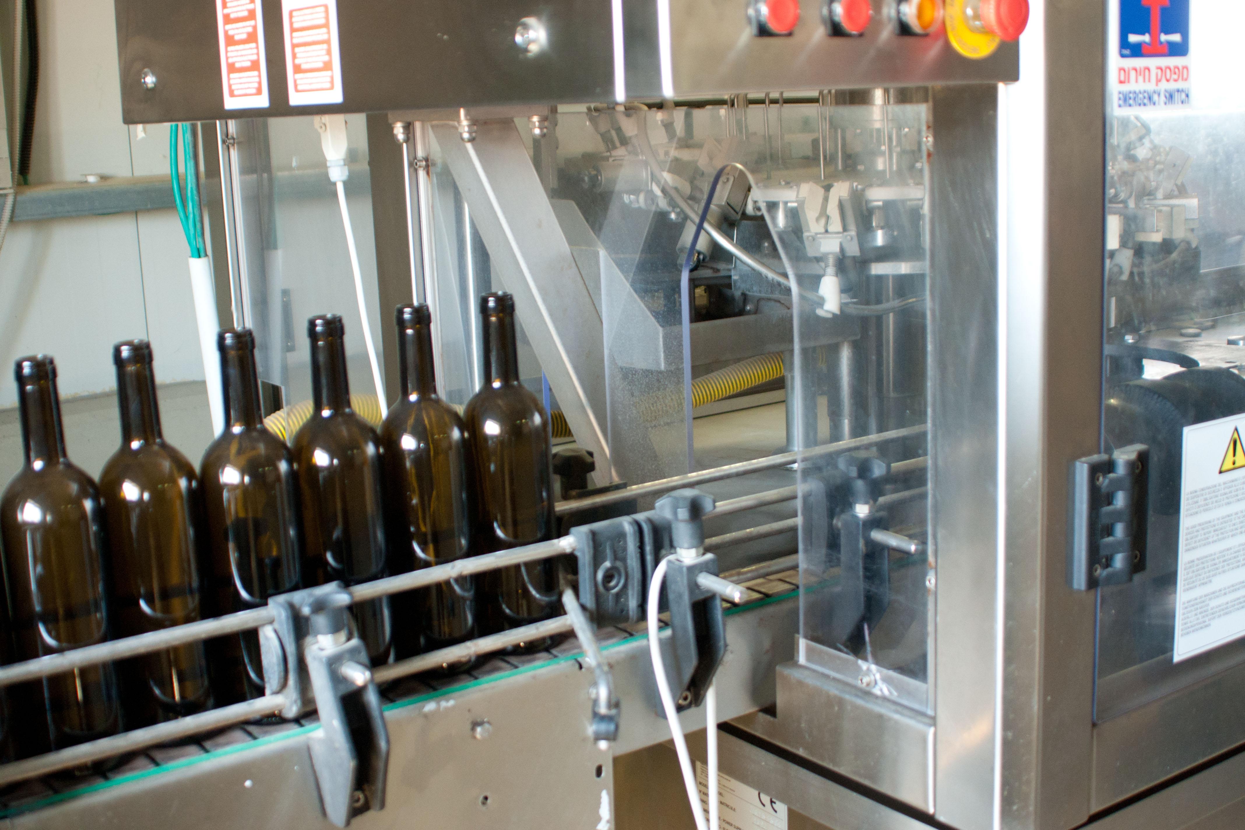 машина, разливающая вино в бутылки