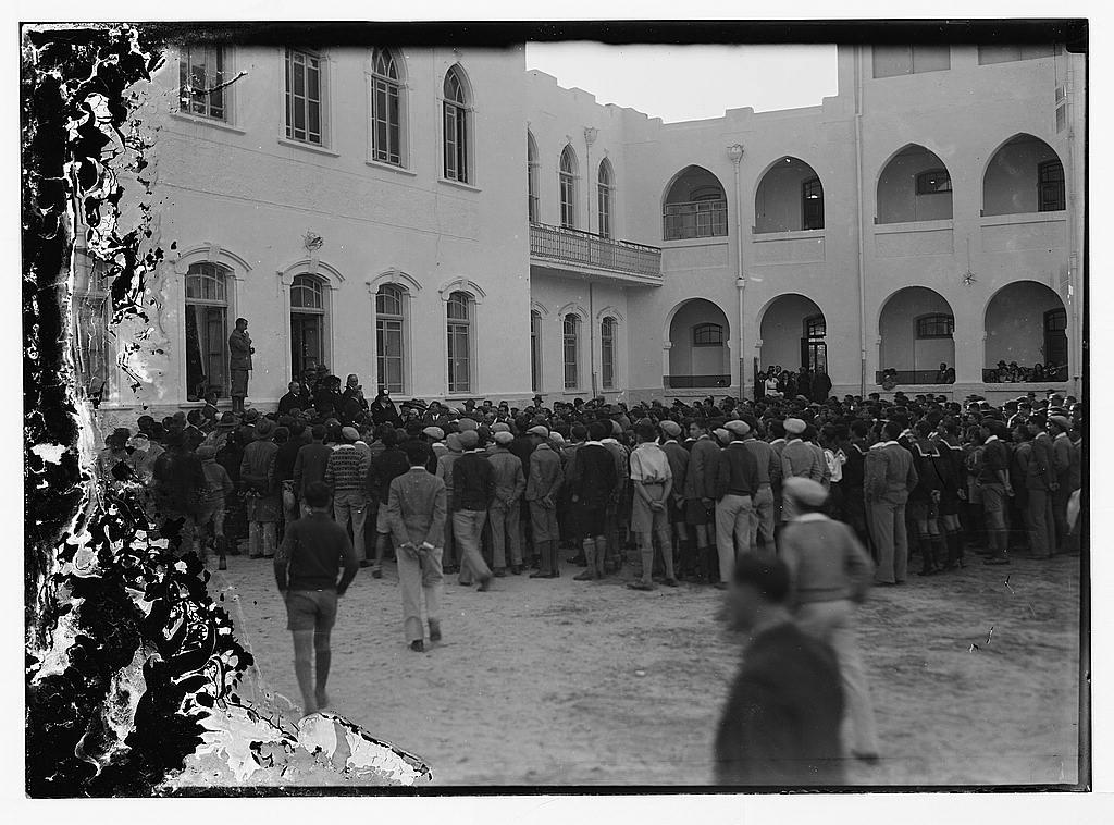 Собрание учеников во дворе гимназии