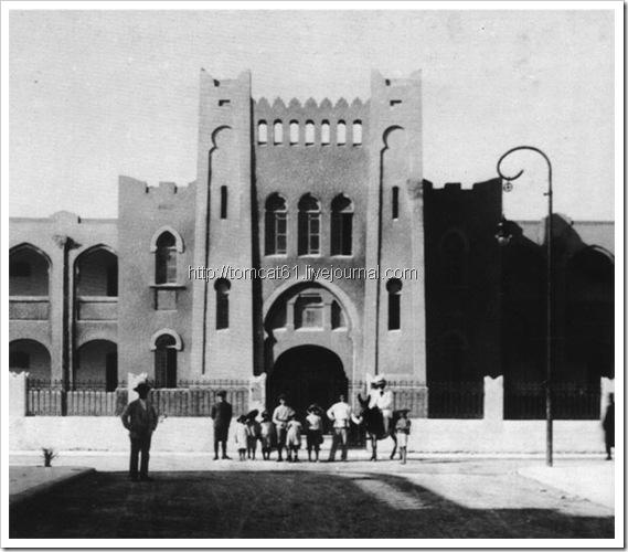 д-р Хаим Хисин возле гиназии 1919