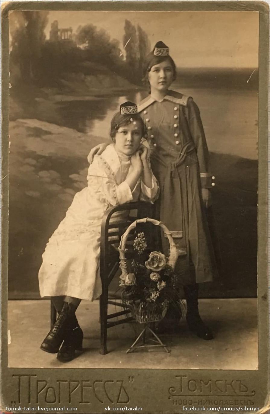 Фотография двух татарских девушек. Томск