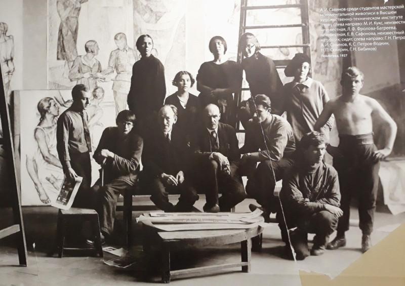 Глеб Савинов среди студентов ВХУТЕИХ. Л-д, 1927