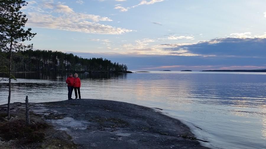 Машка с Олей на фоне озера